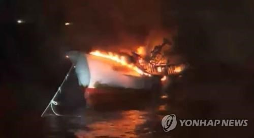 Five Vietnamese sailors missing in fishing boat fire in waters off RoK hinh anh 1