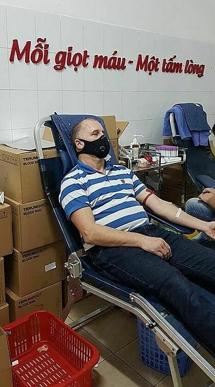 Foreigners respond to blood donation campaign amid COVID-19 outbreak hinh anh 1