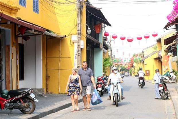 Wearing face masks compulsory for foreign tourists in Hoi An world heritage hinh anh 1