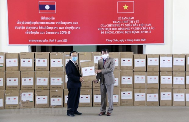 Vietnam-donated medical equipment handed over to Laos hinh anh 1
