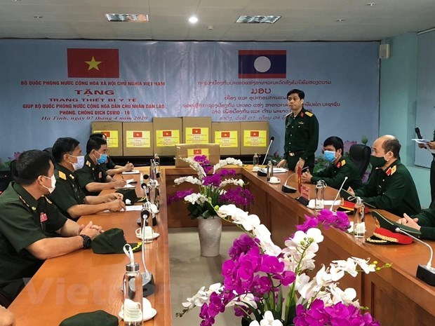 Vietnam send experts to help Laos fight COVID-19 hinh anh 1