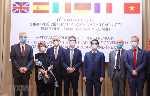 Vietnam presents antibacterial masks to European countries hinh anh 1