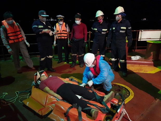 Vietnamese rescuers save unconscious Filipino sailor off coast hinh anh 1