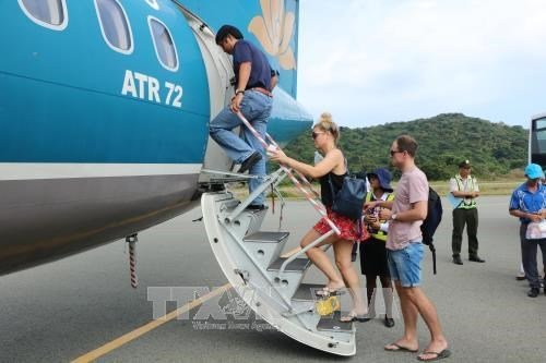Eased social distancing helps resume air services to southern island hinh anh 1