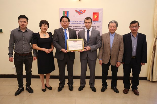 Vietnam presents 10,000 medical face masks to Azerbaijan people hinh anh 1