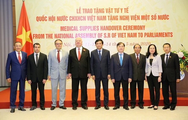 Vietnamese NA presents medical supplies to foreign parliaments hinh anh 1
