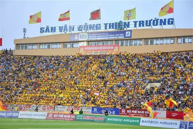 International media highlight Vietnam football league with packed crowds hinh anh 1