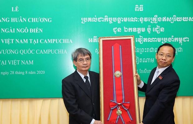 Cambodia's Royal Order posthumously presented to former Ambassador hinh anh 1