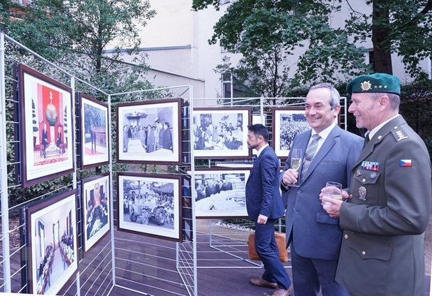 Photo exhibition spotlights Vietnam-Czech traditional relations hinh anh 1
