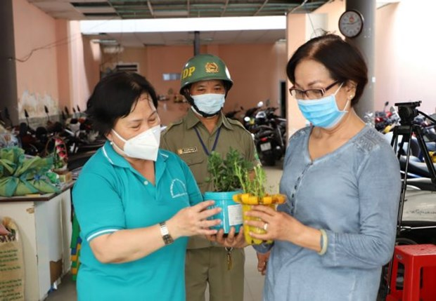 HCM City's downtown district encourages green living by exchanging necessities for waste hinh anh 1