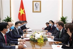 PM Nguyen Xuan Phuc hosts UK Ministers