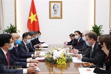 PM Nguyen Xuan Phuc hosts UK Ministers