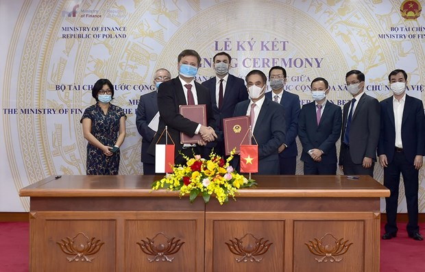 Vietnamese, Polish ministries sign MoU on finance cooperation hinh anh 1