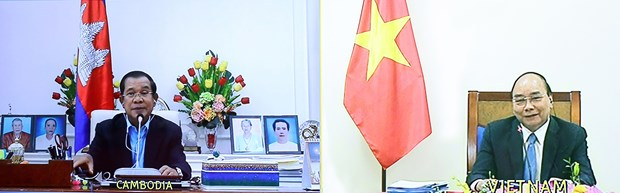 Vietnamese, Cambodian PMs hold online talks to intensify relations hinh anh 2