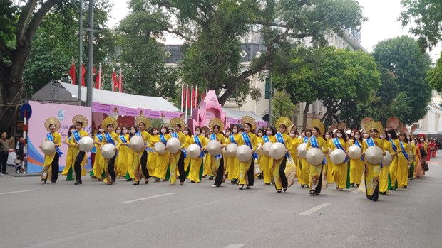 Hundreds parade in Hanoi to show off beauty of