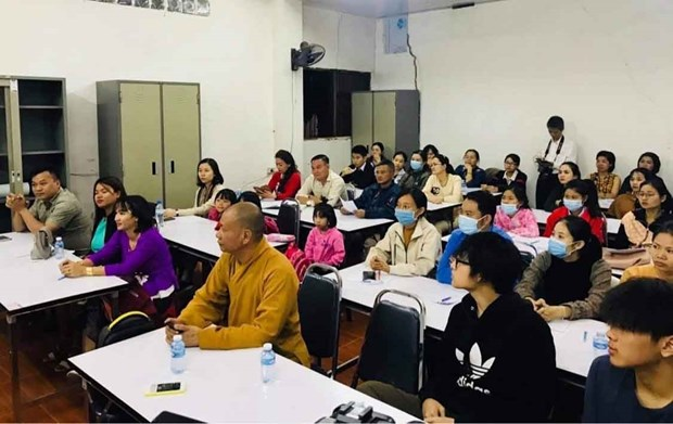 Free language classes offered to Vietnamese citizens in Laos hinh anh 1
