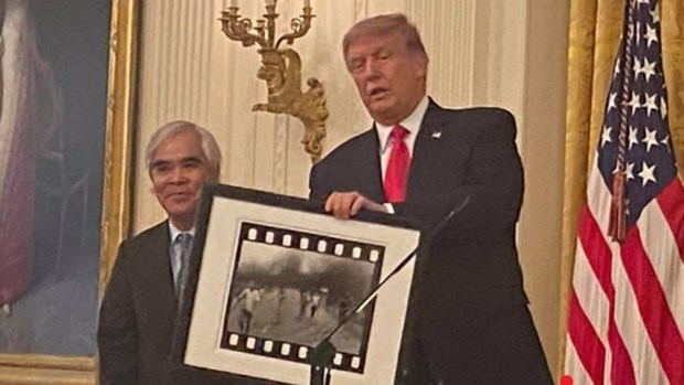 Photographer behind 'napalm girl' photo awarded US's National Medal of Arts hinh anh 1