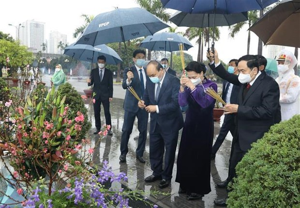 Party, State leaders pay tribute to President Ho Chi Minh hinh anh 3