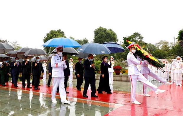 Party, State leaders pay tribute to President Ho Chi Minh hinh anh 2