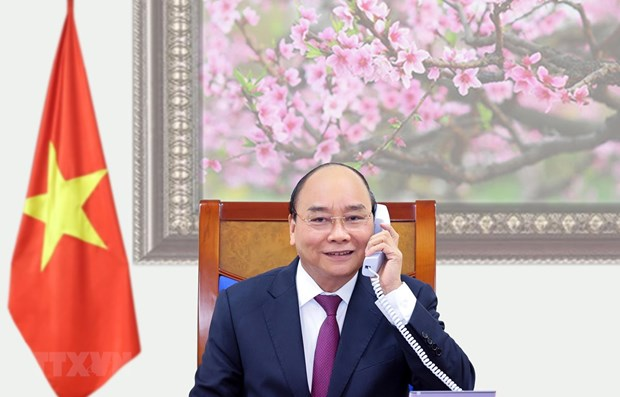 PM Nguyen Xuan Phuc holds phone talks with Lao, Cambodian leaders hinh anh 1