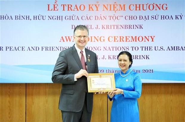 VUFO presents friendship insignia to US ambassador hinh anh 1