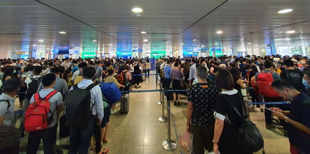 HCM City airport opens more check-in counters, security scanners hinh anh 1
