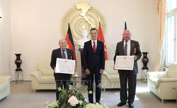 German friends awarded with Vietnam's noble distinctions hinh anh 1