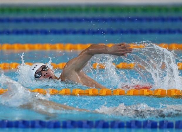 Á hậu Lan, vận động viên bơi lội Huang giơ cao lá cờ Việt Nam tại Đại hội thể thao Tokyo Hinh Anh 2