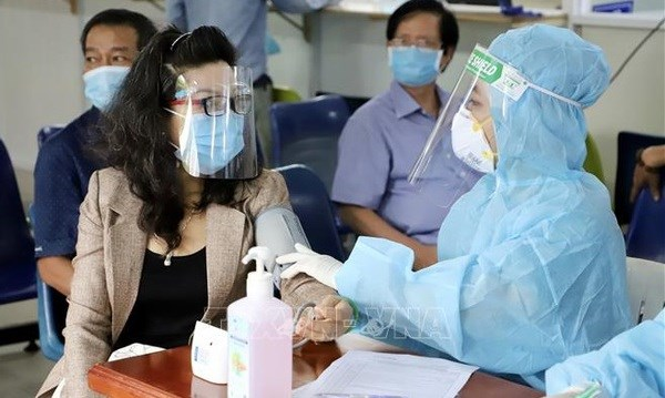 HCM City asks for additional 7,000 medical staff to control COVID-19 hinh anh 1