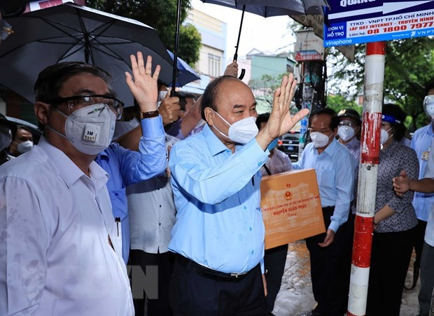 State President visits pandemic-stricken HCM City hinh anh 2