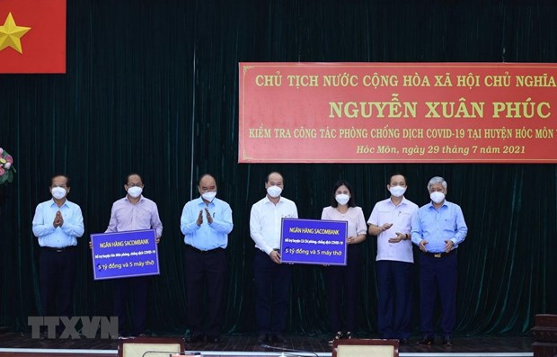 State President visits pandemic-stricken HCM City hinh anh 1