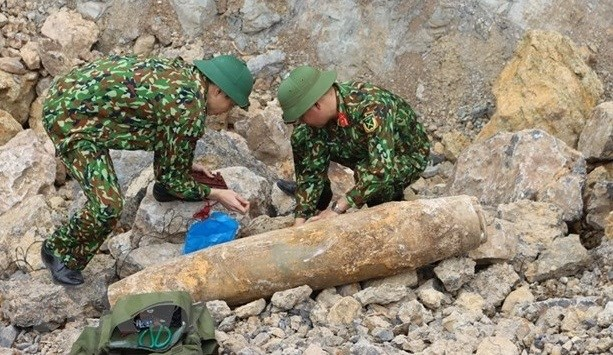 Quang Binh safely removes wartime bomb hinh anh 1