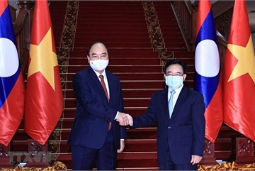 President meets with PM, visits former Party, State leaders of Laos