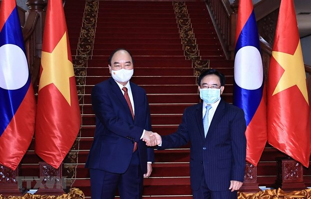 President meets with PM, visits former Party, State leaders of Laos hinh anh 1