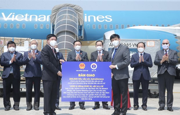 COVID-19 vaccines, medical equipment donated in NA leader's trip handed over hinh anh 1