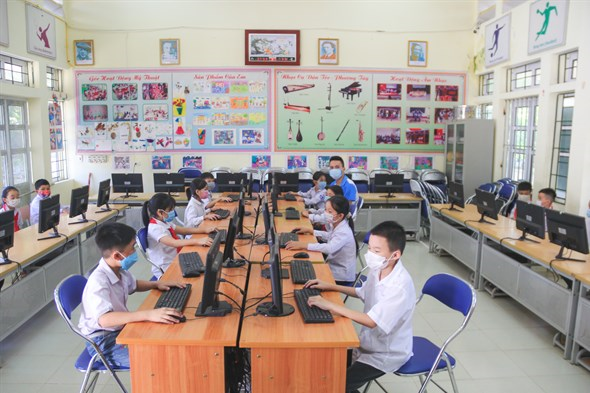 Businesses join hands to provide computers, Internet connection to needy students hinh anh 1