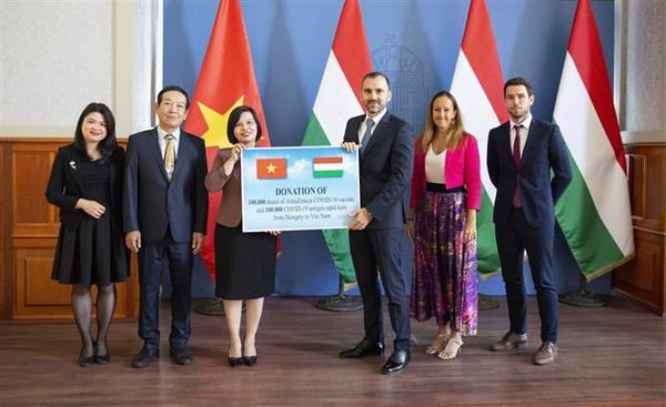 Hungary presents COVID-19 vaccine, medical supply to Vietnam hinh anh 1