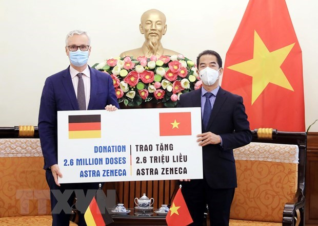 Ministry receives 2.6 million doses of COVID-19 vaccine from Germany hinh anh 1
