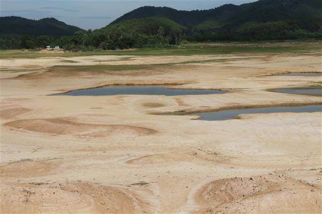 Irrigation lake Khe Xiem in Nghi Dong commune, Nghi Loc district, Nghe An province dries up during the drought (Photo: VNA)