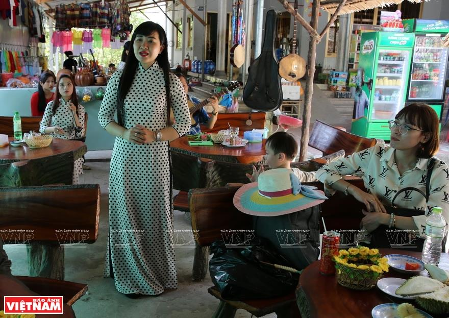 Visitors immerse in the Southern traditional folk songs while exploring the Thoi Son islet (Photo: VNA)