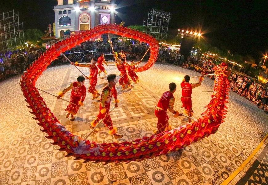 Dragon dance performance at International Lion, Dragon and Unicorn Dance Festival 2019 (Photo: VNA)
