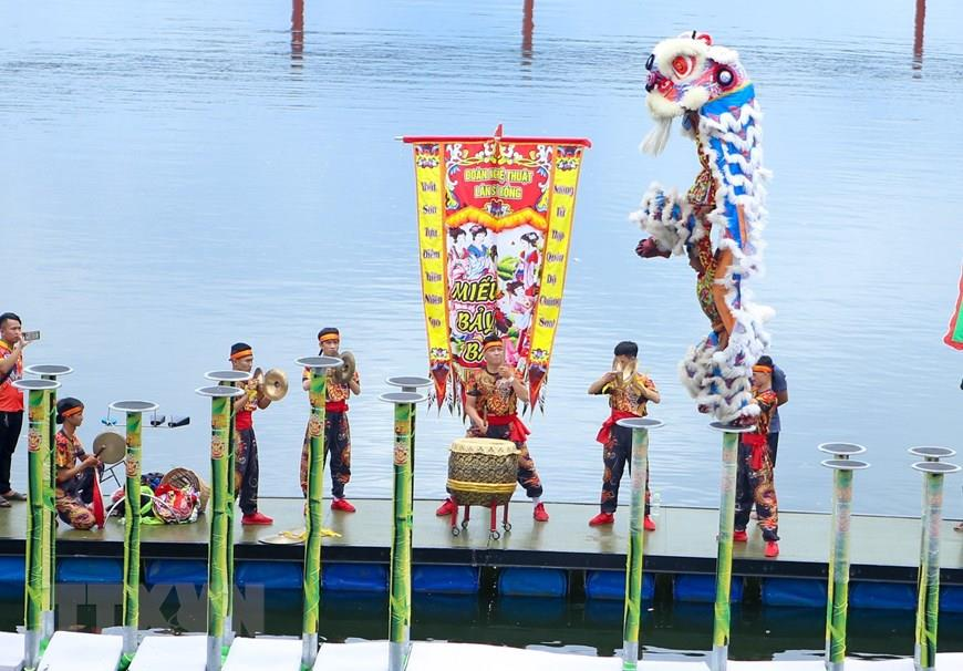 Lion dance performance on a large-scale water stage at International Lion, Dragon and Unicorn Dance Festival 2019 (Photo: VNA)