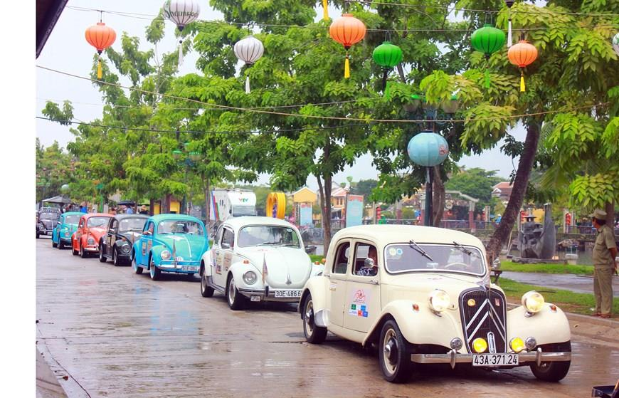 Parade of classic cars in the ancient town of Hoi An (Photo: VNA)