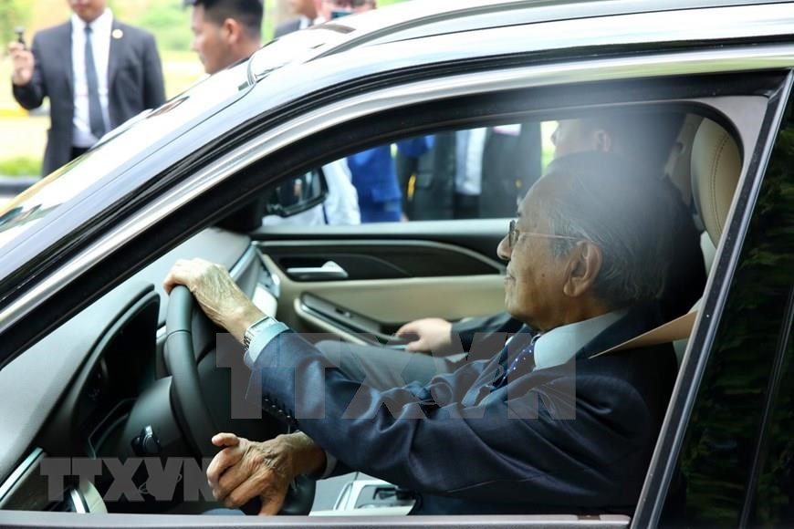 Malaysian Prime Minister Mahathir Mohamad test drives a model of VinFast, a car manufactured by Vietnam (Photo: VNA)