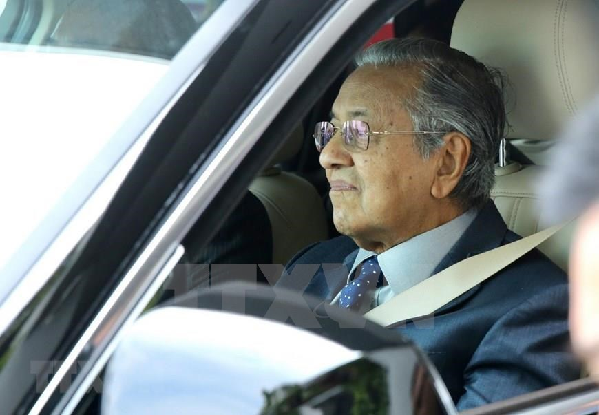 Malaysian Prime Minister Mahathir Mohamad test drives VinFast sports utility vehicle (Photo: VNA)