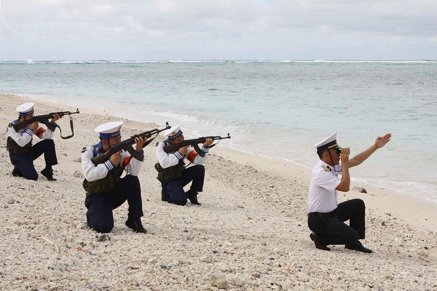 Garrisons on Son Ca island practise shooting (Photo: VNA)
