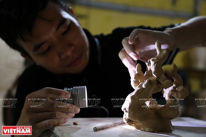 It takes Tu a few months to finish a sculpture (Photo: VNA)