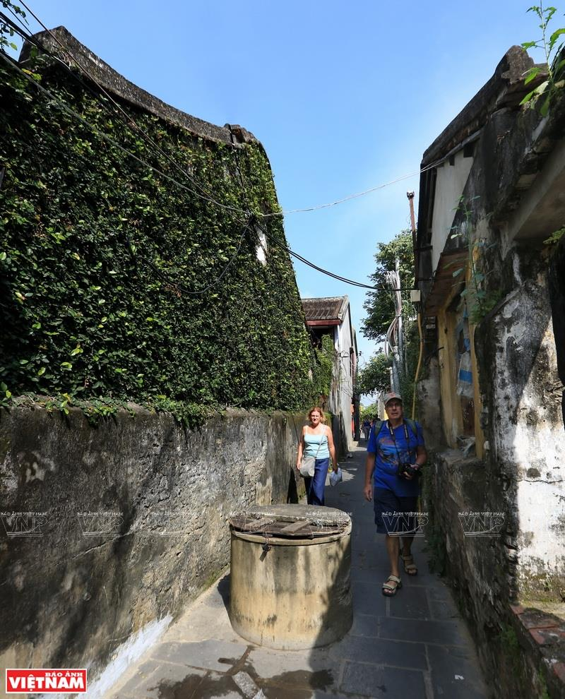 Small alleyways fascinate foreign tourists (Photo: VNA)