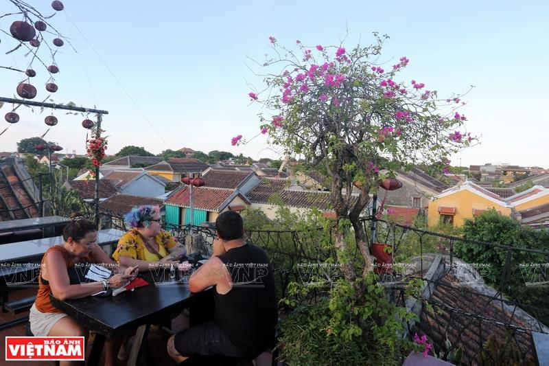 There are many restaurants that help visitors enjoy the view of Hoi An's ancient beauty (Photo: VNA)