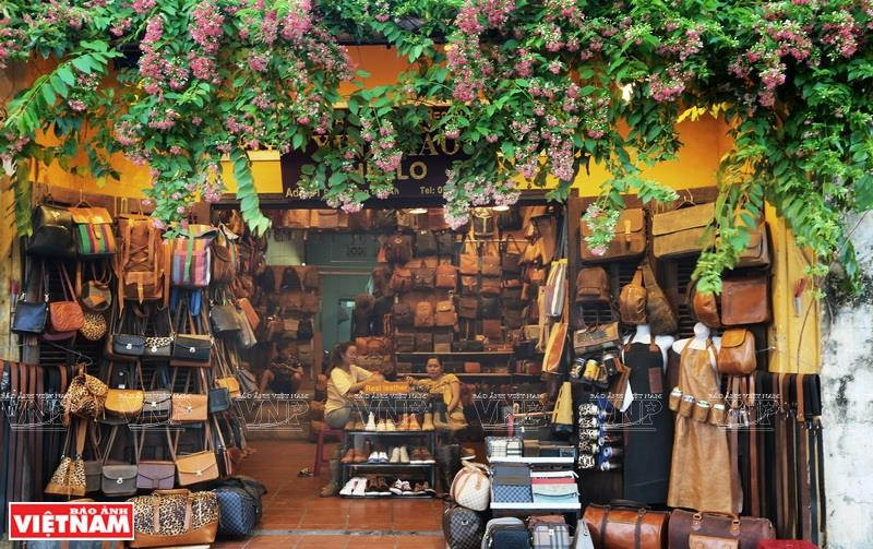 In recent years, Hoi An locals have developed craft making leather products, which is very popular among tourists (Photo: VNA)